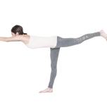 軸足を真っすぐ伸ばす姿勢にトライ。ハムストリングが柔軟なほど膝を伸ばしやすい。