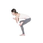骨盤が後傾し背中が丸くならないように。尾骨を後ろに引き、背筋を伸ばす意識を。