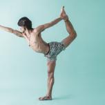 左足を遠くに蹴り上げ、胸を開いて右手を前へ伸ばして完成。