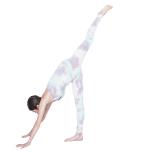 脚を上げるとき、おへそを右に向けて骨盤位置を調整。同時に顔を上げ、胸を開いて軸足の腿裏を伸ばす。