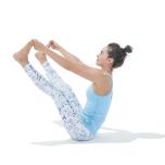 片脚ずつ膝を伸ばし、手で足指をつかむ。腰が丸まらないように頭頂を伸ばし続ける。