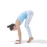 かかとを上げて鼠蹊部を引き込み、手に体重を移していく。前に倒れそうになったら、指先が白くなるまで床を強く押してバランスを保つ