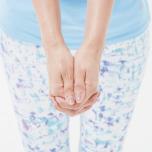 両手を組んで親指同士を揃える(バレーボールのレシーブの手)。頭にのせたとき親指の骨が頭頂にあたるように。