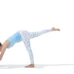 ダウンドッグから片脚を上げる。足を遠くへ伸ばし、床を強く押す。脇の下を意識して前鋸筋を刺激しよう。頭は上げて手元を見る。