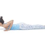 左うつ伏せになり、両手は胸の脇におく。脇を締めて首と肩の距離を長く保つ。背骨の延長に頭を伸ばし、顔と目線を前方へ向ける。