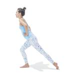 足を前後に開き、後ろ足のかかとを上げて前足体重に。肩を下げて首を長く伸ばす。お尻に力が入らないように後ろ脚を内旋する。