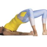 膝やつま足先を開かないこと。こうすると、腰が詰まってしまう。両足の外側をマットの縁と平行に保つようにしよう。