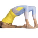 お尻を強く締めたり、鼠蹊部を天井のほうに押したりしないこと。こうすると、腰を緊張させてしまう。両膝の内側を引き寄せて、太腿の内側を床のほうに解放した後、尾骨を膝に向かって伸ばすようにしよう。