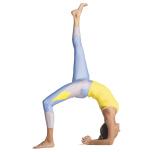 骨盤を水平に保ちつつ、左かかとの内側を力強く押し下げながら、右足のかかとと指の付け根を真っすぐ天井に向け、背中上部の曲線をさらに深めて、胸部をそっと前に出す。数回呼吸したら、上げていた足を床に下ろし、