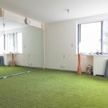 スタジオの内観。床には柔らかな人工芝のマットを敷き、自然に包まれるような雰囲気に。