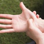 母指球の内側を痛みがほぐれるまでもむ。開脚前屈が楽に。