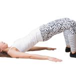 つま先を45度外に向けて脚を腰幅より広く開き、お尻を上げて1分キープ。
