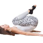 仰向けで膝を胸に引き寄せ、お尻を上げて30秒キープ。