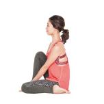 左足を外側に曲げて座り、右足の膝は立てる。両手で右の足裏を持ち、骨盤は立てて背筋を伸ばす。