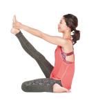 右足を前へ蹴り上げるように伸ばす。背筋は伸ばし、膝も伸ばしたまま5呼吸キープ。足を入れ替えて同様に。