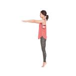 両足を揃えて立ち、バランスをとりやすくするために両手を床と平行にまっすぐ伸ばしたら、つま先立ちになる。