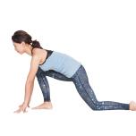 を床についてから右足を前に出し、右膝が90°より鋭角に曲がる位置に調節する。両手は床について上体を支えて。