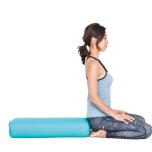背中側に置いたボルスターの端に正座する。お尻の下で両足の親指同士をくっつけて、膝は腰幅くらいに軽く開いておく。