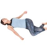 膝の位置がポイントで、膝が胸に近いと体側のストレッチに。外腿に効かせるには膝を腰の位置より下げてツイストを。