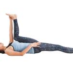壁から30cm前後離れた位置で仰向けになったら、左足を持ち上げ、左手で左の足裏を外側からつかむ。