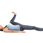 内腿が伸びる具合で壁との距離感を調整して。ホールドしながらほぐれてきたら、途中でさらに開脚を広げてみましょう。