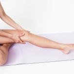 ふくらはぎの裏面を刺激するように、両手を足首から膝裏へスライドさせ、膝裏のリンパ節に老廃物を流す。