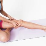 太腿をつねり上げながら鼠蹊リンパ節へ老廃物を流す。脂肪やセルライトをつぶすように強めに刺激して。