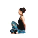 右足を左腿の外にして両脚を組み両手は後ろで組む。