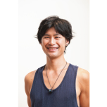 ヨガを学ぶ過程でOdaka Yoga®と出会い、創始者ロベルト・ミレッティ氏に師事。Odaka Yoga®を主軸にしながら、流派を超え、ヨガの叡智を伝える活動を続けている。