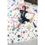 ウォールに登って行う、ボルダリングナタラージャーサナ。柔軟性もさることながら、体幹の強さがないと、空中で一点に留まることができない難度の高いポーズ。
