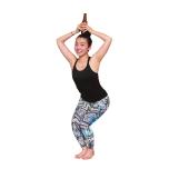椅子のポーズで下半身を鍛えながら、ビール瓶を頭頂に掲げて二の腕もシェイプ。