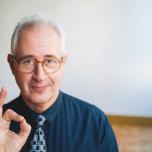 NY在住の瞑想歴45年の瞑想家。「マインドフルネスを日々のエッセンスに」と北米や欧米各国で幅広く指導を行い、著書も多数。エミー賞も度々受賞する一流ミュージシャンでもある。