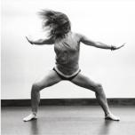 族ダンスの動きとヴィンヤサヨガが融合。内なる強さと美しさを引き出します。