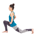 そこから左膝を床につけてストレッチを深める。右膝はつま先より前に出ないように。