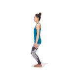 両足を腰幅に開いて立ち、お腹に力を入れる。上体を引き上げたまま、膝を軽く曲げる。