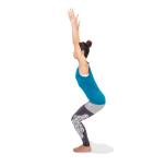 膝頭は足先が見える位置にセット。両手を天井に伸ばしたら胸を引き上げて5呼吸。