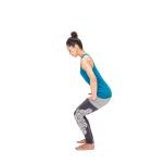 軽く膝を曲げ、両手を腿の付け根に当てて小指を埋めるように股関節を後ろに引く。かかとに体重をのせて踏ん張る練習を。