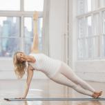 ダウンドッグの姿勢から右足の外側をマットにつけ、その上に左足を重ねる。体重を右手に移し、左手を腰にそえてから、天井に向かって伸ばす。この時、肩の真下に右手をつかないように注意する。必ず手はやや前方につ