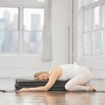 正座になり、両膝を腰幅に開く。縦半分に折ったブランケットを4枚重ねて、太腿の間に挟む。上体を倒してブランケットの上で休ませ、肘を曲げて床につけたら、頭を横に向ける。肘が床につかない場合はさらにブランケ
