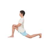 膝立ちで右足を一歩前に。左脚をどこまで後ろに伸ばせるかでチェック。反対側も。