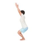両脚を腰幅に開いて立つ。両膝を軽く曲げて腰を落としていく。両腕を斜め上に上げ、前腿が刺激されるのを感じながら5呼吸キープ。