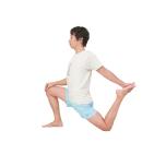 膝立ちから右足を一歩前に出す。左脚を後ろに伸ばして床に膝をつけ、足の甲を左手で後ろからつかむ。右手は右膝にのせて。