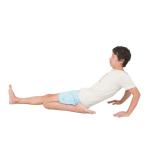 長座から左膝を曲げる。後ろに手をつき、上半身をどこまで倒せるかでチェック。反対側も。