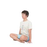 あぐらになる。坐骨を立てて背骨を真っすぐ伸ばす。両手を太腿の外側の床にセットし、指を開く。