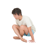 両手で床を強く押し、股関節を引き込みながら、お尻を床から持ち上げる。前鋸筋に意識を向けて5呼吸。