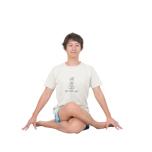 左脚を下にして、両脚を深く組み合わせ、体の中心で膝を重ねる。両足の横に手をおく。