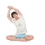 あぐらで両腕を上げ、左手首を右手でつかむ。左尻を床につけたまま、体をどこまで右に倒せるかでチェック。反対側も。