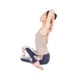 ゴムカーサナでは胸部を覆う大胸筋と、大胸筋の奥にある小胸筋が盲点。これらを意識することで肋骨がしなやかに引き上がり、胸が十分に開きます。背骨も伸びて、手を組むのがラクに。