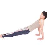 肩がすくみ、お尻が落ちると胸の筋肉が伸びない。