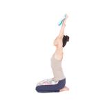 体の前で、肩幅よりやや広めにベルトを持つ。大胸筋と小胸筋を意識し、肋骨を引き上げながら腕を頭上へ。